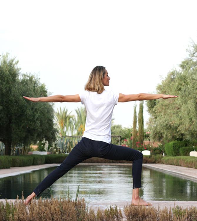 Delphine yoga Vertical piscine.jpg