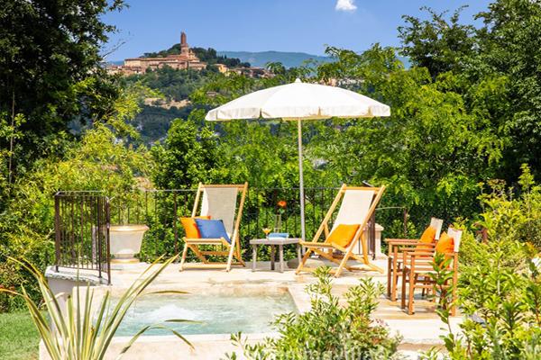 piscina con pueblo toscana good
